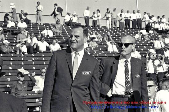 Якокка (на фото слева) наблюдает за тренировочными заездами на трассе в Индианаполисе. Нельзя сказать, что сам Ли был заядлым фанатом автоспорта, но роль гонок для формирования имиджа компании он ценил очень высоко